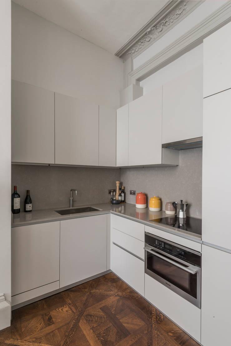 Bachelor Pad—Hyde Park:  Kitchen by Prestige Architects By Marco Braghiroli,