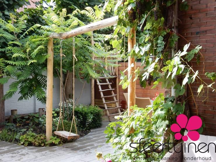 Schommelaar in het hart van de tuin.:   door Sfeertuinen, Landelijk Hout Hout