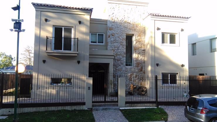 Movimiento de volumenes en fachada. El mix de piedra y revestimiento texturado le brinda calidez.: Casas unifamiliares de estilo  por Family Houses,