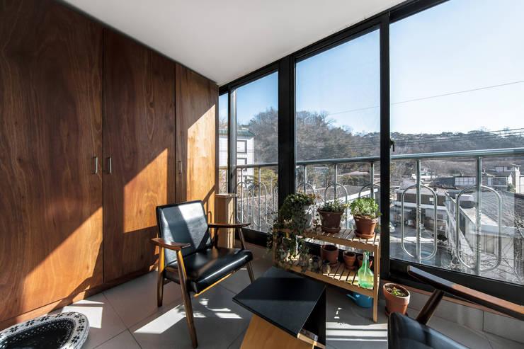 구기동 다세대주택 리모델링: 서가 건축사사무소의  베란다,모던