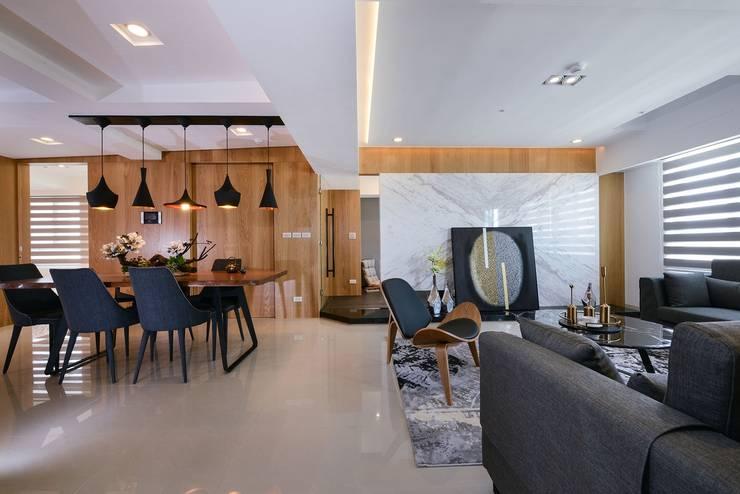 客廳與餐廳:  客廳 by 見本設計
