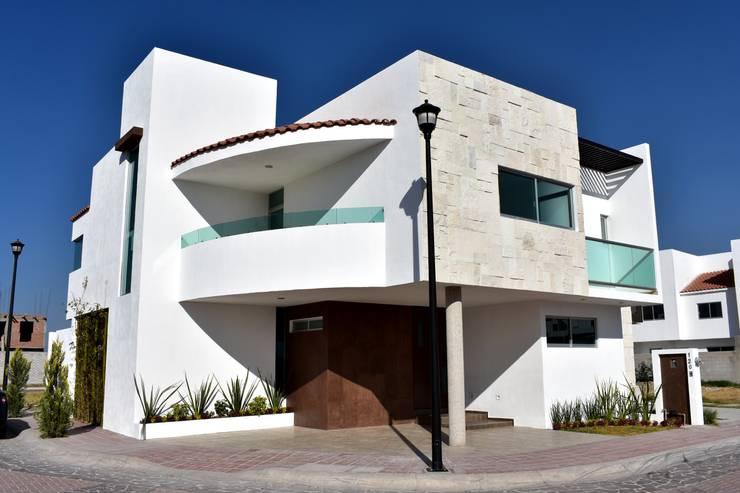 Casa Sandoval: Casas de estilo moderno por CONSTRUCTORA ARQOCE