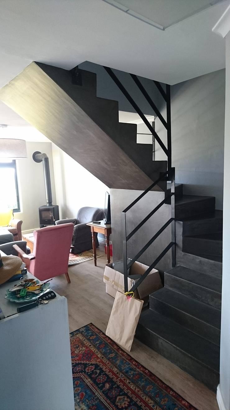 Acorn Close:  Living room by Alex Jordaan Construction, Modern