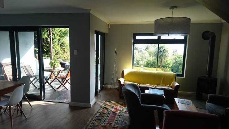 Acorn Close:  Living room by Alex Jordaan Construction