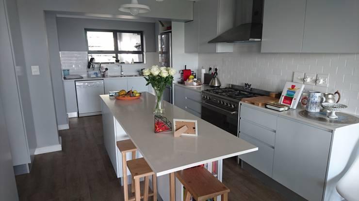 Acorn Close:  Kitchen by Alex Jordaan Construction, Modern