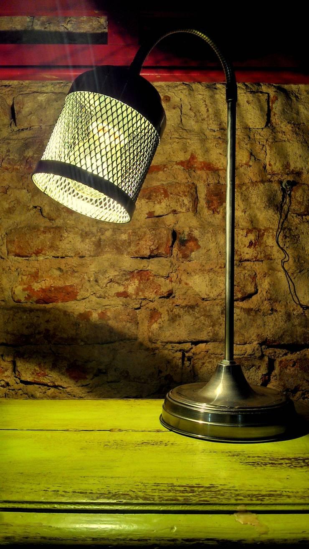 LAMPARA DE MESA ESTILO INDUSTRIAL - HIERRO: Hogar de estilo  por Muebles eran los de antes - Buenos Aires