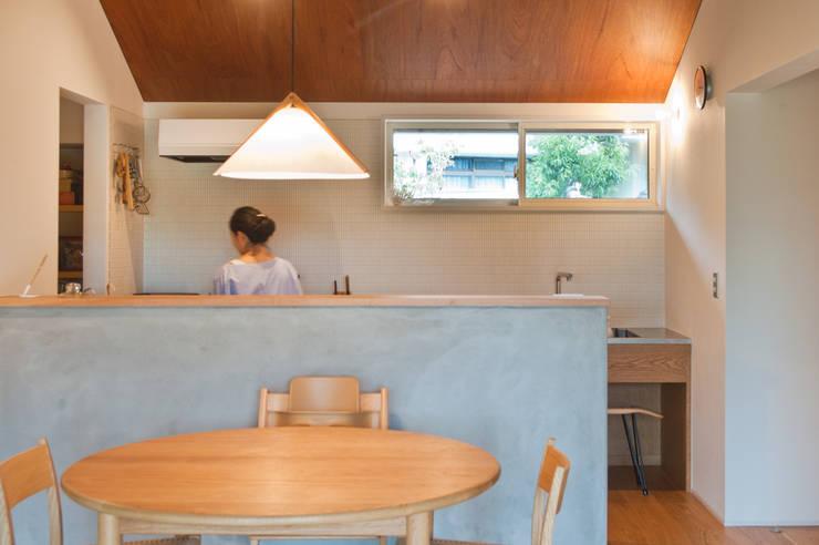 Cocinas de estilo escandinavo por 横山浩之建築設計事務所