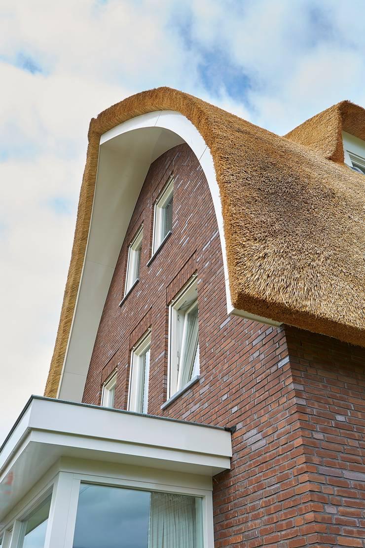 Jaren 30 woning met riet:  Huizen door Brand BBA I BBA Architecten, Landelijk