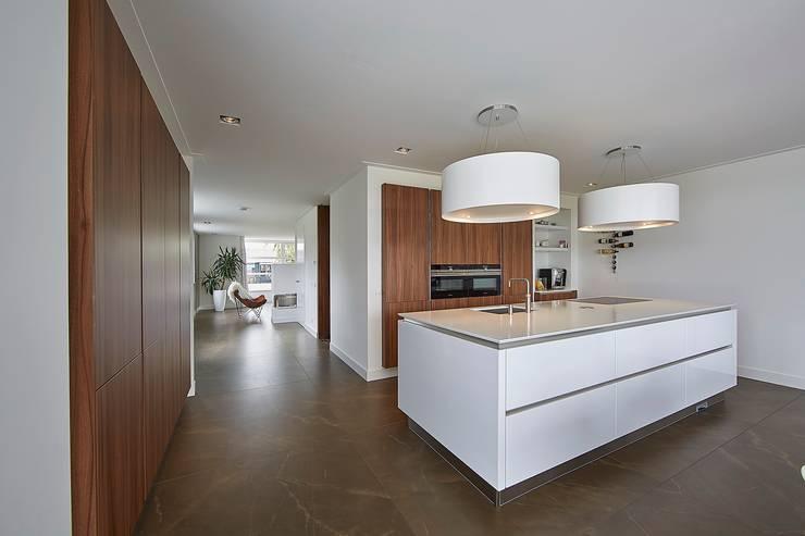 Jaren 30 woning met riet:  Keuken door Brand BBA I BBA Architecten