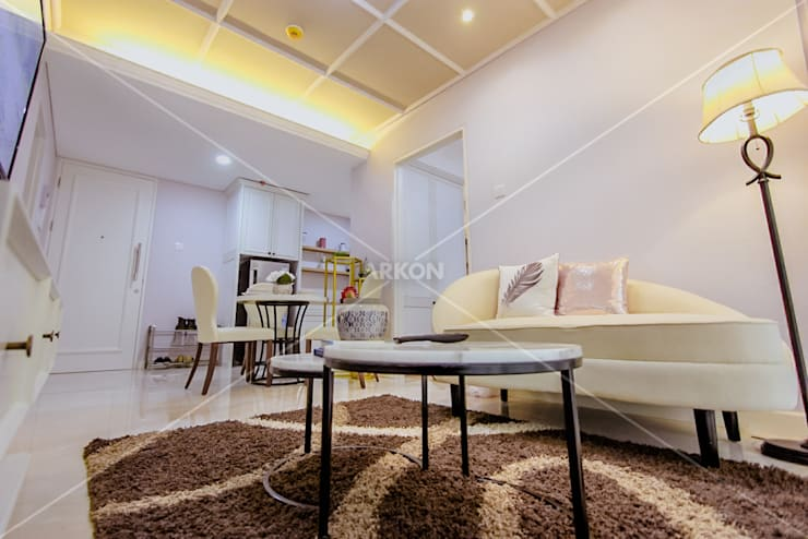 Apartment Landmark Residence, Bandung:  Living room by ARKON