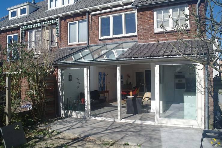 exterieur uitbouw:  Rijtjeshuis door Studio Blanca, Modern Glas