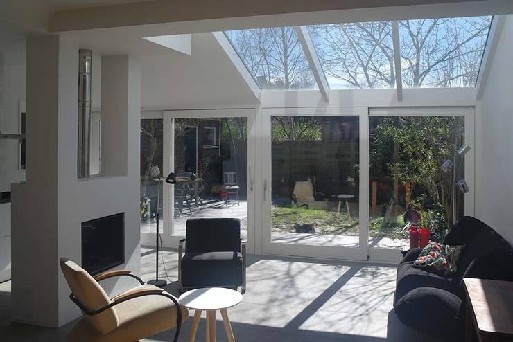 interieur uitbreiding:  Woonkamer door Studio Blanca, Modern Glas