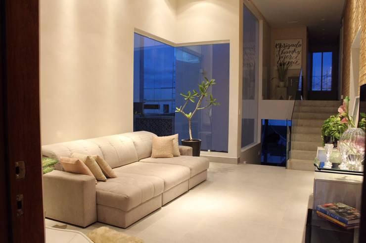 Livings de estilo  por Opus Arquitetura e Urbanismo