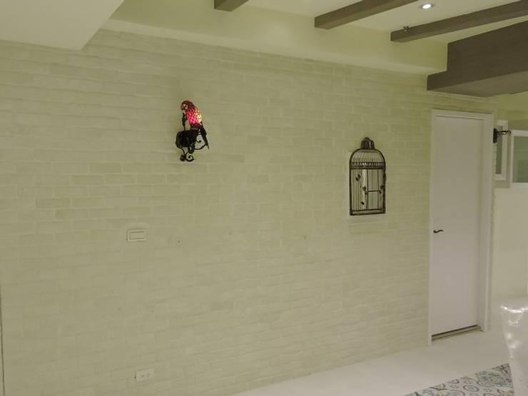 Corridor & hallway by 登品空間規劃工程有限公司