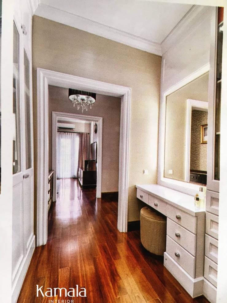 American Classic home:  Ruang Ganti by Kamala Interior