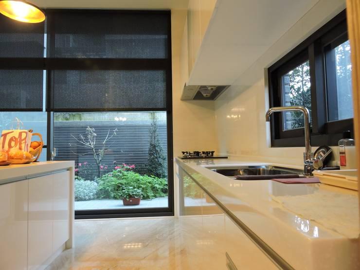 Dining room by 登品空間規劃工程有限公司