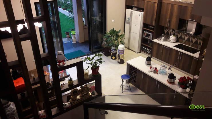 Góc nhìn từ cầu thang xuống bếp:   by Công ty TNHH Thiết Kế và Ứng Dụng QBEST