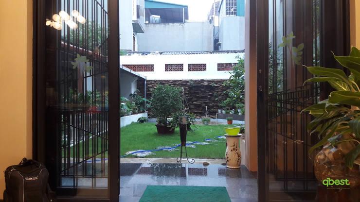 Nhìn từ phòng ăn ra vườn:   by Công ty TNHH Thiết Kế và Ứng Dụng QBEST