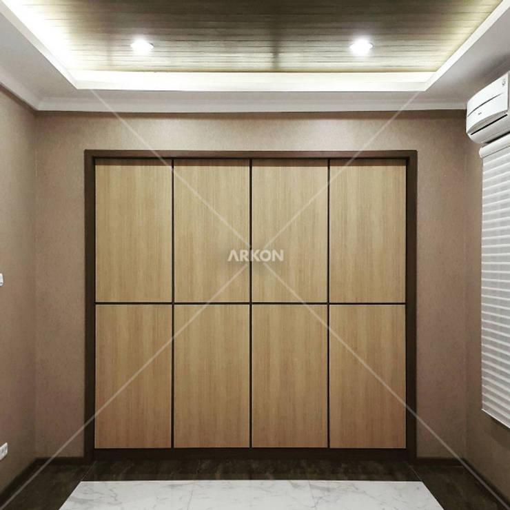 Emerlad Mansion, Lippo Cikarang Bekasi:  Walls & flooring by ARKON