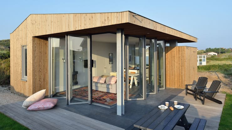 Luxe vakantiehuisje in de duinen van Vlieland:  Huizen door BNLA architecten, Minimalistisch