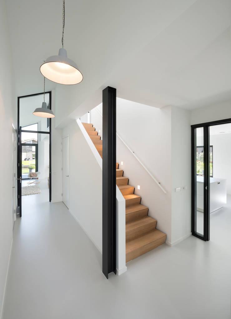 Modern woonhuis aan het water:  Gang en hal door BNLA architecten