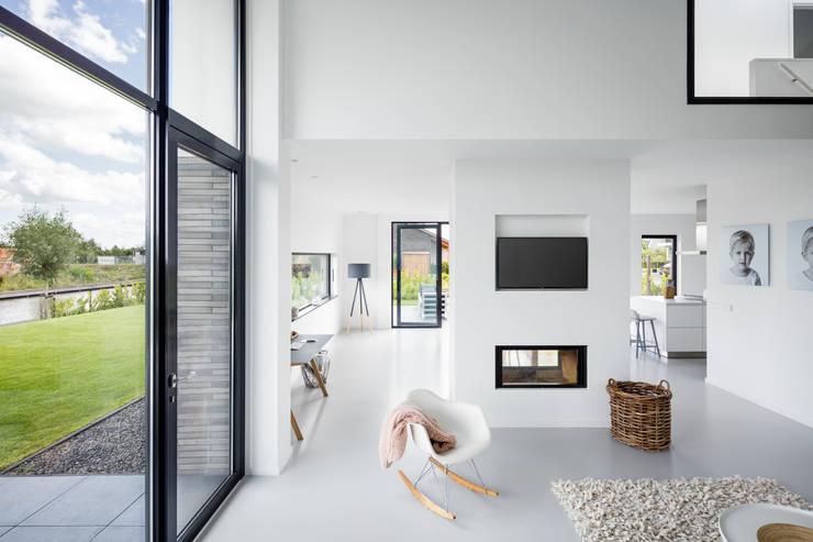Modern woonhuis aan het water:  Woonkamer door BNLA architecten