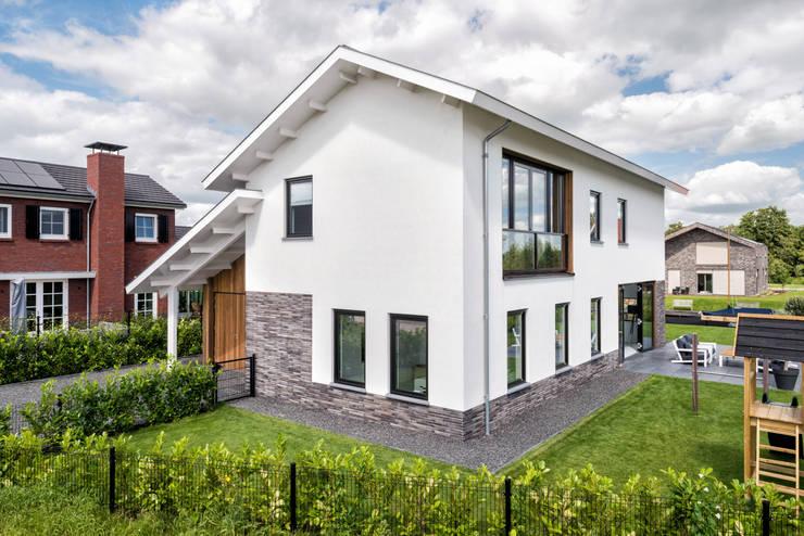 Modern woonhuis aan het water:  Huizen door BNLA architecten