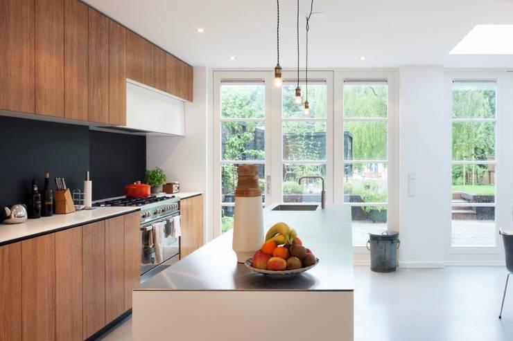 Moderne dijkwoning in Amsterdam:  Keuken door BNLA architecten