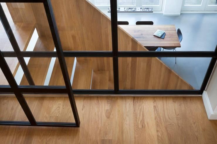 Moderne dijkwoning in Amsterdam:  Gang en hal door BNLA architecten