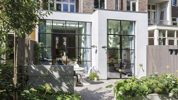 Lichte luxe woning grenzend aan de tuin:  Huizen door BNLA architecten, Modern