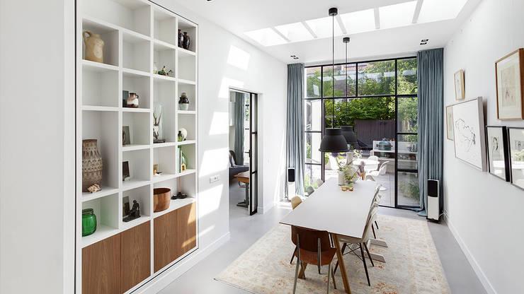 Lichte luxe woning grenzend aan de tuin:  Eetkamer door BNLA architecten, Modern
