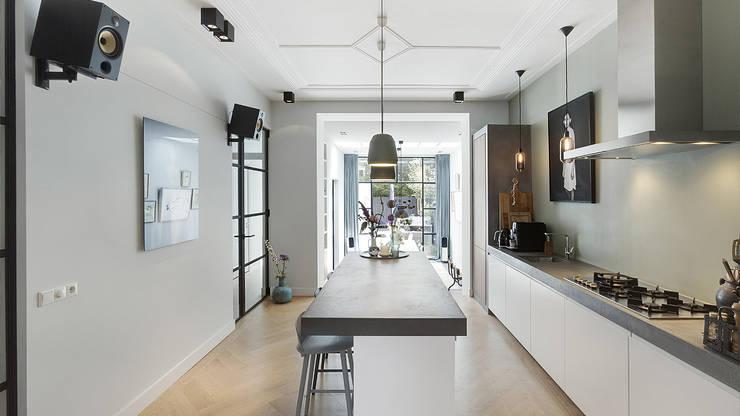 Lichte luxe woning grenzend aan de tuin:  Keuken door BNLA architecten, Modern