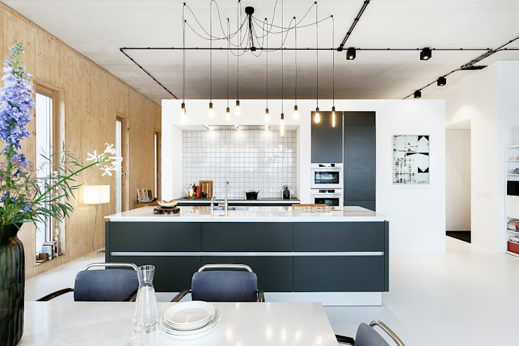 Strak, modern en duurzaam interieur met karakter:  Keuken door BNLA architecten, Modern