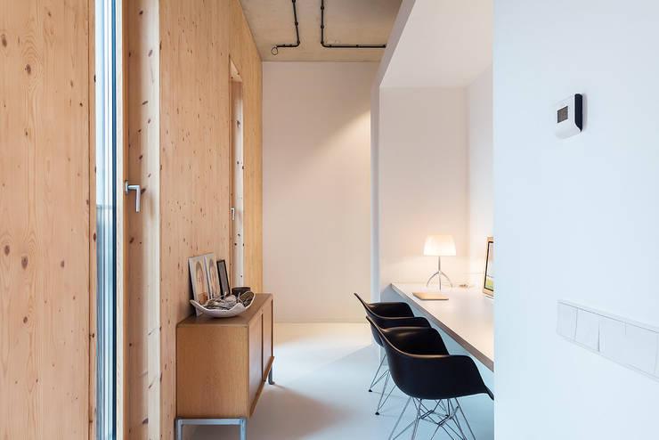 Strak, modern en duurzaam interieur met karakter:  Studeerkamer/kantoor door BNLA architecten, Modern
