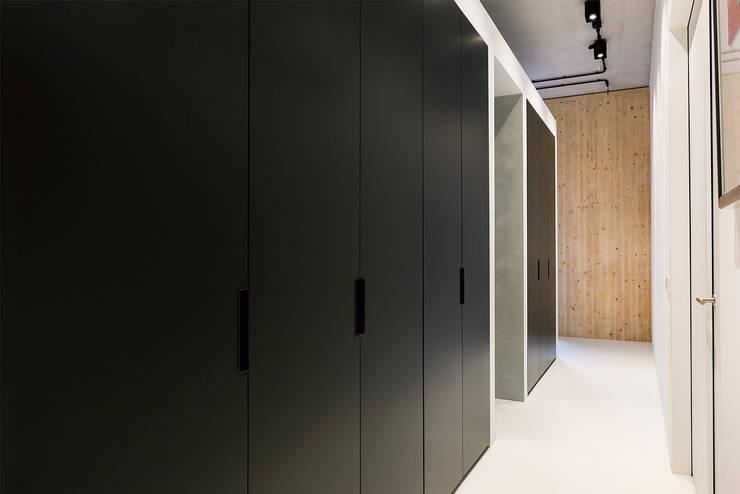 Strak, modern en duurzaam interieur met karakter:  Kleedkamer door BNLA architecten, Modern