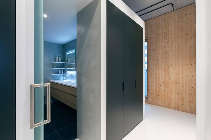 Strak, modern en duurzaam interieur met karakter:  Badkamer door BNLA architecten, Modern