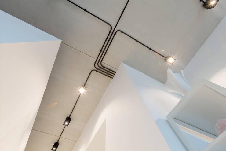 Strak, modern en duurzaam interieur met karakter:  Gang en hal door BNLA architecten, Modern