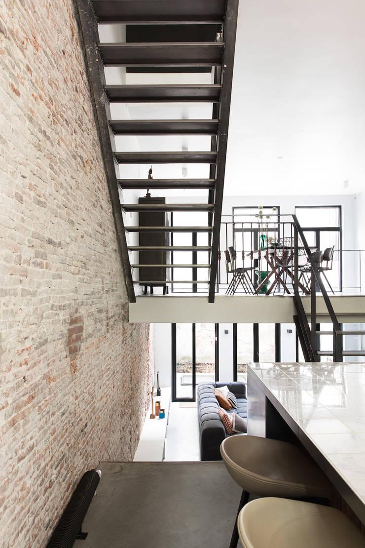 Ruime stadswoning met uitzicht op de grachten:  Gang en hal door BNLA architecten, Modern