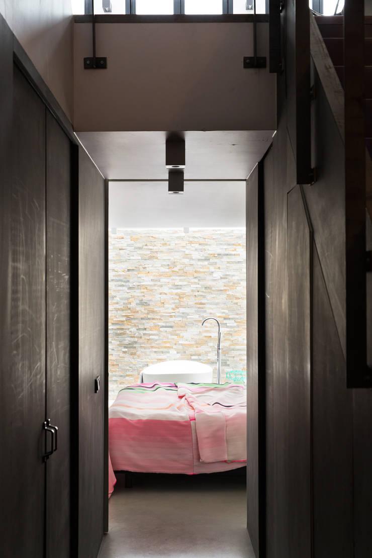 Ruime stadswoning met uitzicht op de grachten:  Slaapkamer door BNLA architecten, Modern