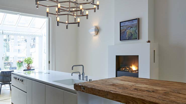Modern ontwerp in monumentale stadswoning:  Keuken door BNLA architecten