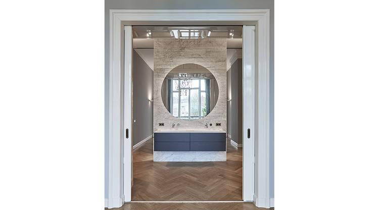 Modern ontwerp in monumentale stadswoning:  Badkamer door BNLA architecten