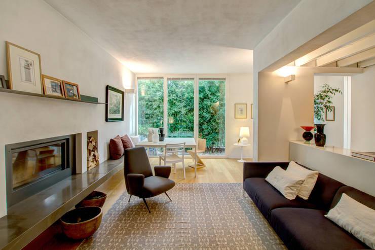 Casa ADP, ristrutturazione a padova: Soggiorno in stile in stile Moderno di depaolidefranceschibaldan architetti