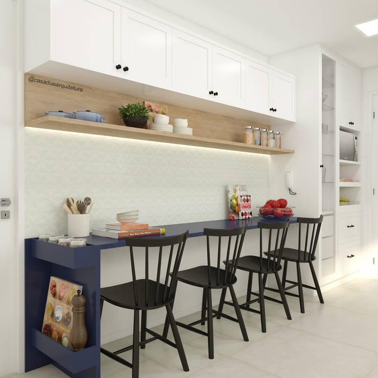 COZINHA | Mesa pequenas refeições + armário suspenso + cristaleira: Cozinhas pequenas  por CASA DUE ARQUITETURA