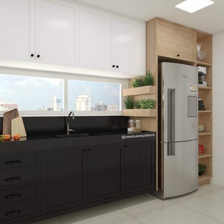COZINHA | Bancada com pia + horta + geladeira + nichos: Cozinhas pequenas  por CASA DUE ARQUITETURA