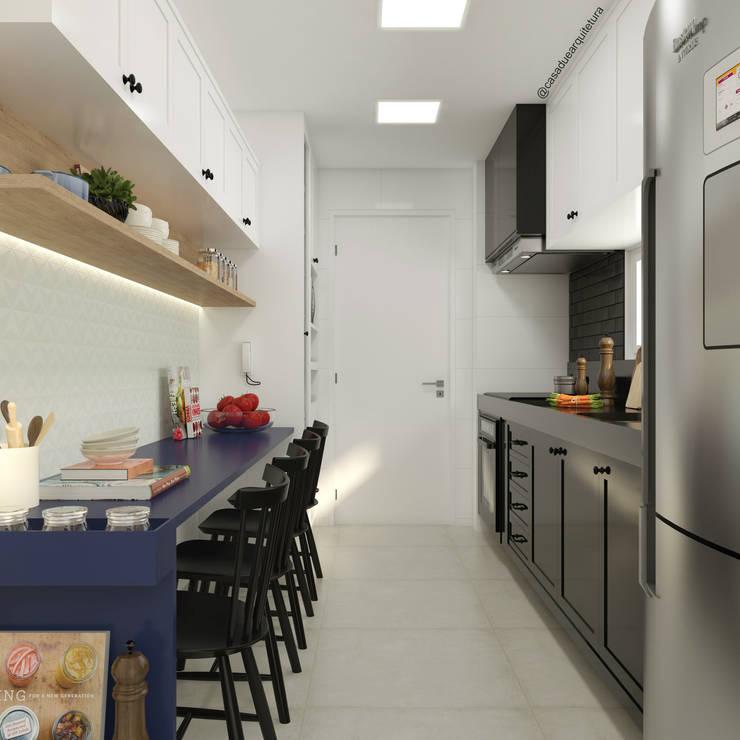 COZINHA | Mesa pequenas refeições + armário suspenso: Cozinhas pequenas  por CASA DUE ARQUITETURA