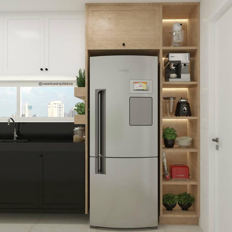 COZINHA | Armário em torre + nichos iluminados + horta + geladeira: Cozinhas pequenas  por CASA DUE ARQUITETURA