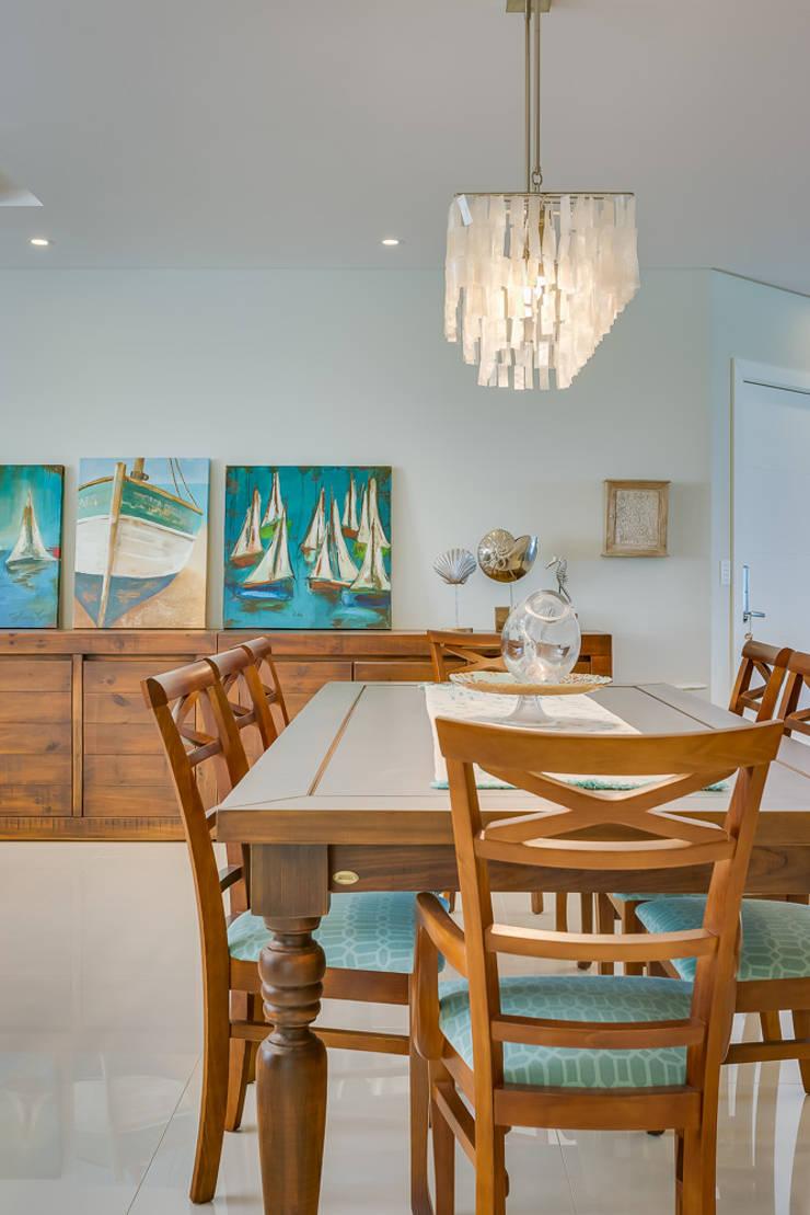 APARTAMENTO COM DECORAÇÃO NO CONCEITO SEREISMO: Salas de jantar  por Estúdio Pantarolli Miranda - Arquitetura, Design e Arte