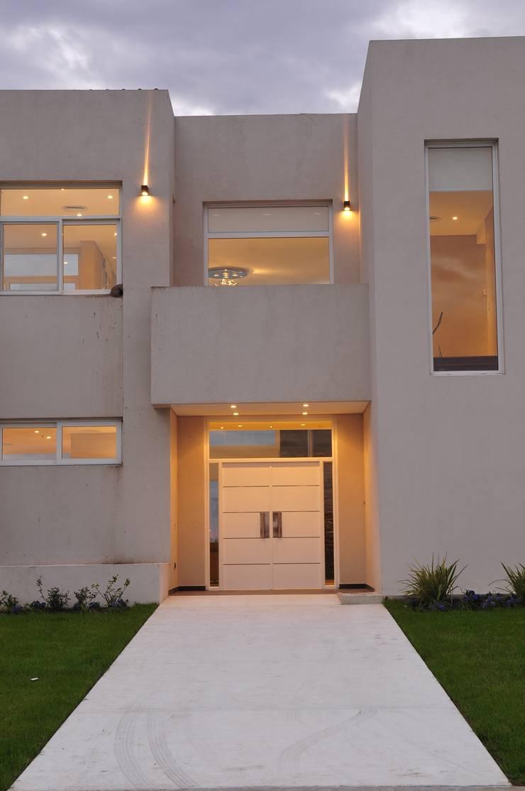 La Reserva Cardales <q>A La Laguna</q>: Casas unifamiliares de estilo  por Estudio Gore