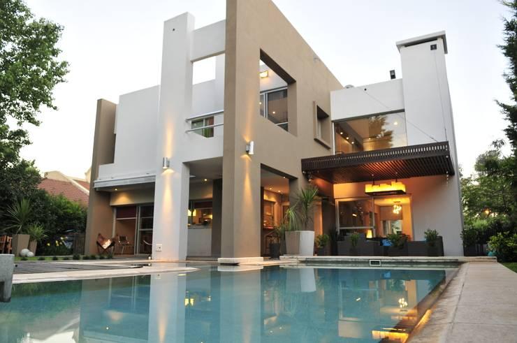 """Casa """"Integración al verde"""": Casas unifamiliares de estilo  por Estudio Gore"""