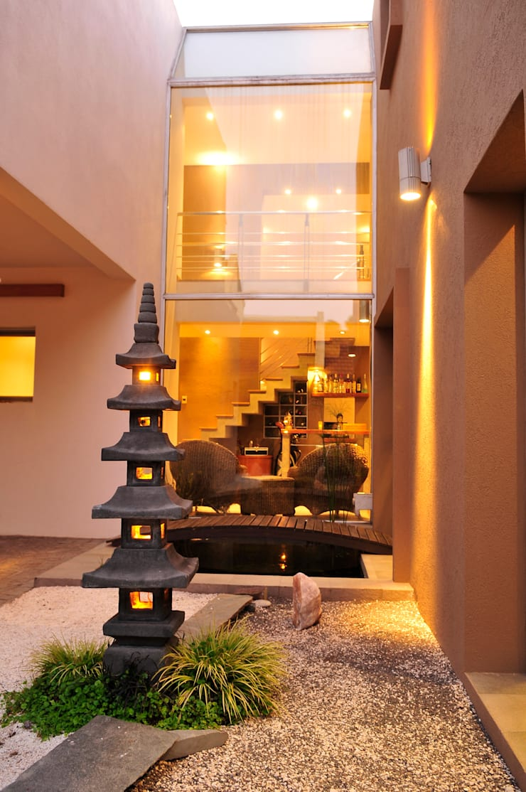 Casa <q>Integración al verde</q>: Jardines zen de estilo  por Estudio Gore